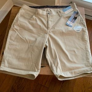Lee Riders light tan Bermuda shorts, size 16W, NWT